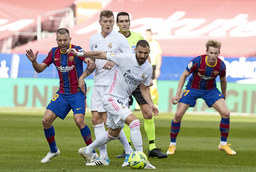 Archivo - 24 October 2020, Spain, Barcelona: Barcelona's Jordi Alba (L) and Real Madrid's Karim Benzema battle for the ball during the Spanish Primera Division soccer match between FC Barcelona and Re