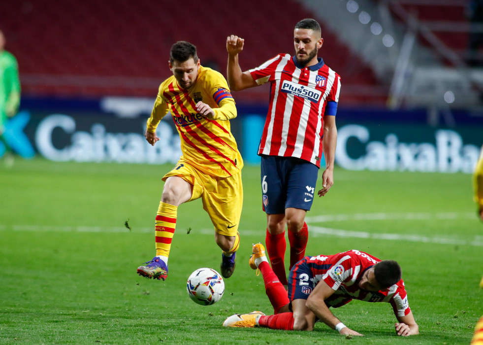 Archivo - Lionel (Leo) Messi of FC Barcelona and Koke of Atletico de Madrid in action during the spanish league, La Liga Santander, football match played between Atletico de Madrid and FC Barcelona at