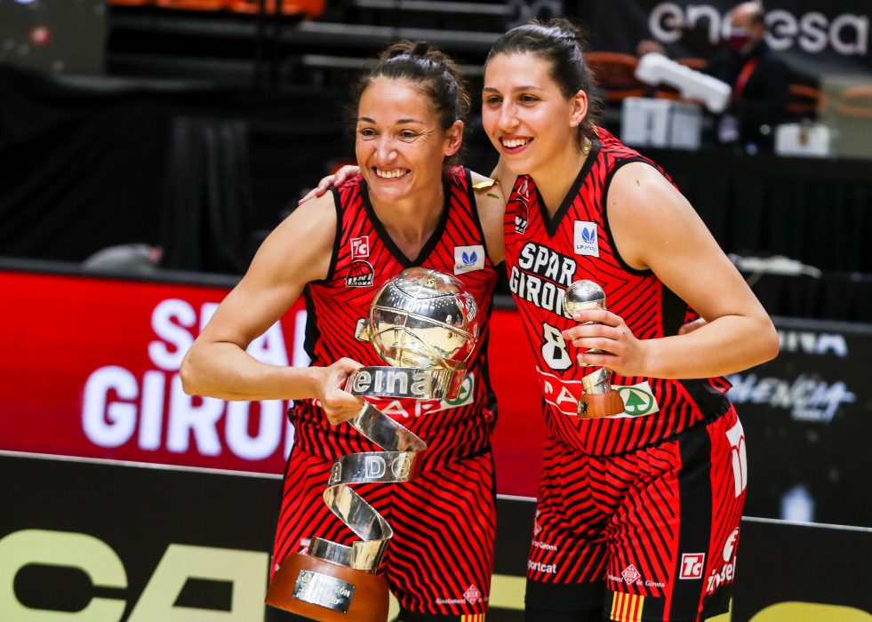Archivo - Laia Palau of Spar Girona and Maria Araujoa of Spar Girona  poses with the champion trophy during the final the Queen´s Cup 2021 in the match between Spar Girona and Valencia Basket at the